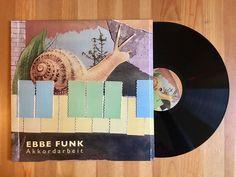 Meine Wertung: 9/10 für Ebbe Funk - Akkordarbeit. 16 Tracks mit ganz starken Instrumentals und passende Interludes hat der Beatbastler aus Kiel abgeliefert.