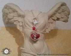 Glasherz mit roten Rocailles-Perlen gefüllt und einem besonderen Karabiner.