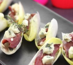 Recipe Roquefort and smoked duck endive trays - cuisine et astuces - Chicken Recipes Tapas, Party Food For Adults, Brunch Appetizers, Cocktail Party Food, Best Party Food, Partys, French Food, Finger Foods, Chicken Recipes