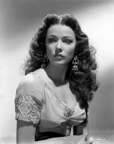 My Ear-Trumpet Has Been Struck By Lightning Gene Tierney looking ravishing in Sundown wearing Joseff Hollywood Jewelry Vintage Hollywood, Old Hollywood Glamour, Golden Age Of Hollywood, Classic Hollywood, Hollywood Jewelry, Hollywood Stars, Vintage Glamour, Glamour Hollywoodien, Vintage Beauty