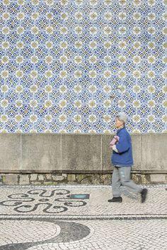ポルトガル語学校のアズレージョと、カルサーダスで舗装された歩道 撮影:益永研司