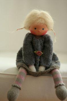 """Waldorf poupée tricotée Abigail 13 """"par des poupées Peperuda                                                                                                                                                      Plus"""