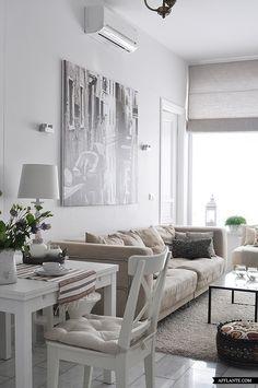 Small apartment/ petit apartment, salon et coin salle à manger dans les tons gris, blanc et taupe.