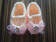 Bačkůrky pro panenku Ručně háčkované botičky. Botičky jsou doplněné dekoračním knoflíčkem a růžovou stužkou. Délka chodidla je cca 7,5. Vhodné pro panenky.