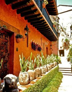 Robert Brady Museum in Cuernavaca, Mexico. Dodge, Iowa (Yes!), he traveled the world, collected thousands of art pieces. Spanish Style Homes, Spanish Revival, Spanish House, Spanish Colonial, Hacienda Homes, Hacienda Style, Fachada Colonial, Mexican Garden, Mexican Hacienda