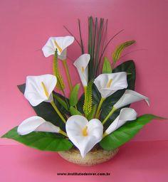 A confecção de arranjos é a arte de organizar flores e outros materiais em…