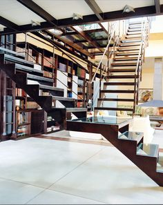 Escalier métal et verre contemporain réalisé par Escaliers Décors® (ww.ed-ei.fr). Photo DT47 - © Photo : Gil ARHIE