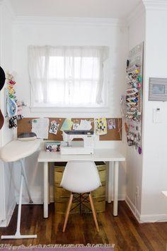 super joli coin couture, mais en fait il y a une pièce entière pour tout le reste, mais l'idée du blanc et de la petite fenêtre me plait terriblement    Sewing Room Tour // See Kate Sew