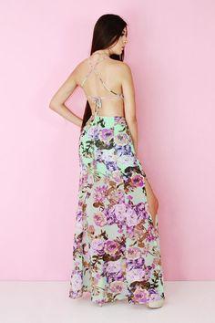 Si de mostrar un escote de manera elegante se trata, aquí está la prueba de que si se puede lograr... #Moda #Vestido #largo #Escote #Floreado