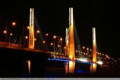 Most Milenijny nocą, widziany od strony pętli tramwajowej Osobowice.