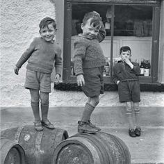 """Previous pinner: """"This picture is over the moon fabulous. Happy Irish kids in the (credit: Irish Photo Archive)"""". Vintage Children Photos, Vintage Pictures, Old Pictures, Old Photos, Vintage Kids, 50s Vintage, Bar Deco, Photo Archive, Vintage Photographs"""