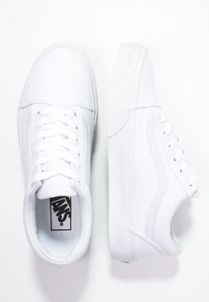 OLD SKOOL – Obuwie deskorolkowe – true white @ Zalando.pl 🛒 Vans OLD SKOOL – Skate shoes – true white for 319 PLN order free of charge at Zalando. Vans Sneakers, Vans Old Skool Trainers, Sneakers Mode, Sneakers Fashion, Vans Shoes Old Skool, Old Skool Vans White, White Shoes Outfit Sneakers, Vans Old Skool Low, All White Sneakers