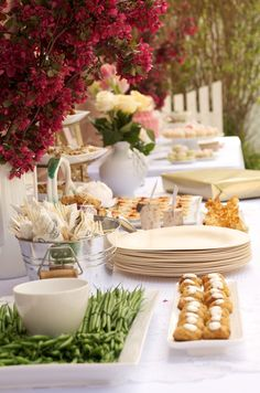 Casual, Al Fresco Entertaining in the Garden.I like the paper products and milk vases with SUNFLOWERS instead Coffee Break, Brunch Mesa, Catering, Fingers Food, Homemade Peanut Butter Cups, Styling A Buffet, Festa Party, Beverage Packaging, Partys