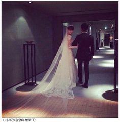 """[김영아 재혼, 재력가 남편 관심 '집중'] 지난 5일 김영아는 자신의 블로그에 '웨딩'이라는 제목으로 두 장의 사진과 함께 """"어제 가족들에게 둘러싸여 행복한 결혼을 했다. 김영아의 재혼상대인 시바 코타로 씨는 2005년 아키모토 야스시와 함께 일본의 국민 그룹 AKB48을 만든 사람이다. 현재는 국내외에 많은 기업을 가지고 있으며 IT 관련, 예능 엔터테인먼트, 음식점 등 폭넓은 사업을 하고 있는 것으로 알려졌다."""