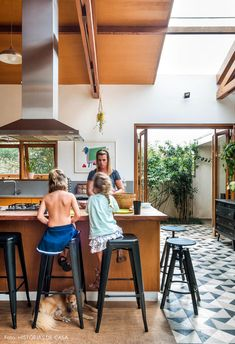 Modern Tropical House, Tropical Houses, Home Interior Design, Interior Architecture, Interior Decorating, Balkon Design, Courtyard House, Eco Friendly House, Mid Century House
