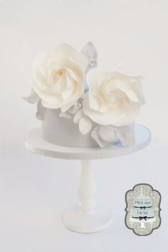 Elegant roses cake by @miraquetarta