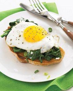 Сендвич с яйцом  Ингредиенты  Хлеб из цельных злаков 2 кусочка Яйцо 2 шт. Шпинат по вкусу Сыр твердый 2 ломтика Соль по вкусу Перец по вкусу Хлеб в тостере,шпинат в течение пары минут припустите на сковороде (чтобы он стал немного мягче). Приготовьте яичницу-глазунью (постарайтесь поджарить каждое яйцо отдельно). Посолите и поперчите по вкусу. Положите на тосты немного шпината, затем ломтик сыра чеддер и сверху яйцо. Если сверху прикрыть еще одним кусочком хлеба, то можно взять сендвич с…