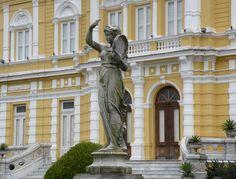 Estatua do Palácio Rio Negro em Petropolis, Rio de Janeiro. O palácio era usado mais frequentemente quando a cidade do Rio de Janeiro era a capital do Brasil. #viagem #serra #brasil