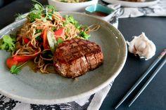 Filetsteak mit gebratenen Asianudeln & Wokgemüse Steaks, Pasta, Meat, Food, Sour Soup, Cucumber Salad, Browning, Filet Of Beef, Easy Cooking