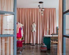 26-decoracao-atelie-escritorio-cortinas-rosa-armarios-cinza