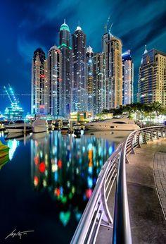 """""""Megatall""""  .... Dubai es la ciudad más poblada de los Emiratos Árabes Unidos. Se encuentra en la costa sureste del Golfo Pérsico y es uno de los siete emiratos que conforman el país. Abu Dhabi y Dubai son los únicos dos emiratos para tener poder de veto sobre los asuntos críticos de importancia nacional en la legislatura del país. La ciudad de Dubai está situado en la costa norte del emirato y dirige el Dubai-Sharjah-Ajma"""