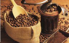"""Kahvenin kökeni Arap yarımadası olarak bilinir. İlk bilgiler 10. yy'da bir Arap doktoru olan Rhazes'e uzansa da, kullanım MS 575 yıllarında başlar. Bazı araştırmacılara göre kahve adının kahvenin üretim beşiği olan Güneybatı Etiyopya'nın Kaffa şehriyle ilgisinden geldiği tahmin edilmektedir. Farklı düşüncelere göre ise Arapçada şarap anlamında kullanılan kahva zamanla """"kahve""""ye dönüşür. Kahve, Yemen'den Mekke ve Medine'ye oradan 15. yy. sonunda seyyahlar vasıtasıyla İran, Mısır, Türkiye ve…"""