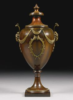 A mahogany and gilt-metal mounted wine cooler of urn form  early 19th Century - Sotheby´s