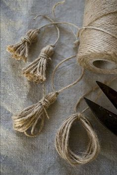 Bows & Tassels in the Shabby style and crocheted . The bows (tassels) do not . - Shabby and crochet bows & tassels … . The bows (tassels) no longer as a passive element to be ob - Burlap Crafts, Diy And Crafts, Arts And Crafts, Burlap Art, Rope Crafts, Burlap Bows, Diy Tassel, Tassels, Christmas Crafts