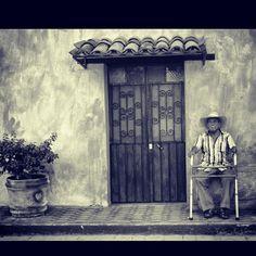 El ego esta bajo el huarache que sigue bien puesto en el piso, cada quién lo que merece, dios asílo quiso.  Miacatlán.Morelos.México