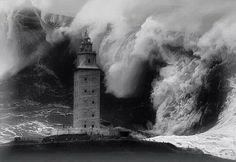 Enlace permanente de imagen incrustada Lighthouse Pictures, Lighthouse Art, Saint Mathieu, Magic Places, Strange Weather, Tres Belle Photo, Huge Waves, Stormy Sea, Beacon Of Light