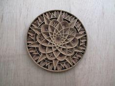 Kunstenaar Gabriel Schrama beschikt over een enorme dosis voorstellingsvermogen en geduld. Stapje voor stapje creëert hij meerdimensionale en ingenieuze patronen van hout en papier.
