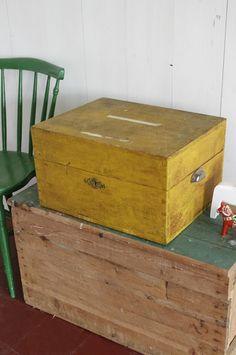 Oude Zweedse okergeel kistje