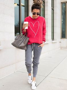 Sporty chic · casual clothing style · sport style · casual style inspiration sweatshirt + bag + pants sweatshirt outfit, joggers outfit, cooler look Sporty Outfits, Cute Casual Outfits, Casual Chic, Fashion Outfits, Womens Fashion, Ladies Fashion, Travel Outfits, Running Outfits, Teen Outfits
