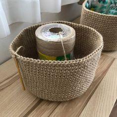 大変お待たせしました。 今回は夏らしく巾着バッグを作りました。 本体部分は麻ひもで編んでいます。 それでは作り方をどうぞ。 まずはわで始まる作り目、6目スタートです。 毎段6目ずつ増やして14段まで編みます。 そこから増し目無しで25段編みます。 立ち上がり2目鎖編みをします。 同じ所に中長編みを編みます。 立ち上がり2目の鎖編みは目数に含まないでください。 3目中長編みを編んで、鎖編み1目します。 1目飛ばして中長編みを6目編みます。 これを繰り返します。 すると穴が12個空きます。 その後4段細編みして、引き抜き編みします。 これで本体部分は完成です。 次に紐とbigフリンジを作っていきます。 最初に手拭いの周りの縫い目を解きます。 ちょっと面倒ですが、この作...