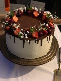 Beerige Geburtstagstorte mit Schokodrip Catering, Panna Cotta, Happy Birthday, Cake, Ethnic Recipes, Desserts, Pink, Cooking School, Birthday Cake Toppers