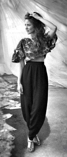 Top crop kimono animalier e pantaloni cavallerizza in seta nera