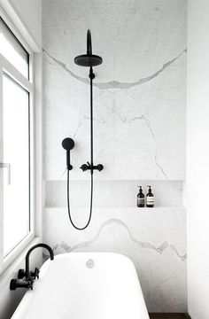 Salle de b in en marbre blanc, robinetterie noire | White Marble bathroom and black fittings by Dieter Vander Velpen (via Bloglovin.com )