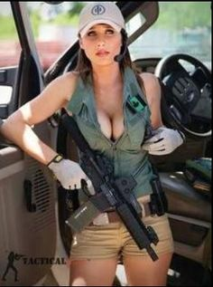 Sexy Guns and Buns Pinup, Mädchen In Uniform, Military Women, N Girls, Dangerous Woman, Guns And Ammo, Divas, Beautiful Women, Weapons