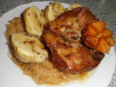 Vepřová pečeně, kysané zelí a bramborový houbový knedlík - Na sádle si orestujeme cibuli, přidáme zelí , osolíme, okmínujeme dle chuti, mírně podlijeme a dusíme asi 20 ..