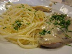 Bifinhos de Frango com Alho e Molho de Cogumelos Acompanhados com Esparguete com Alho e Limão