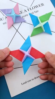 Instruções Origami, Paper Crafts Origami, Origami Flowers, Paper Crafting, Diy Paper, Origami Videos, Origami Toys, Origami Sword, Towel Origami