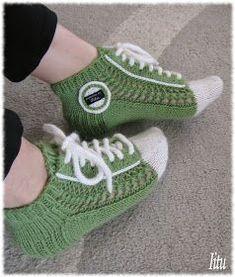On nyt tullut niin p Knitted Slippers, Slipper Socks, Crochet Slippers, Knitting Socks, Hand Knitting, Crochet Baby, Knit Crochet, Woolen Socks, Sock Crafts