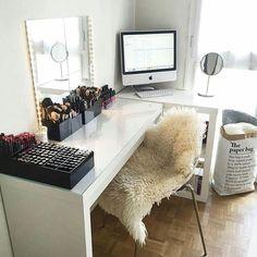 Inspiração pra gente arrumar o quarto na folga 😜 bom sábado pra quem vai ficar em casa e pra quem vai sair 😁 . . . #decoração #decor #decoration #quarto #bedroom #maquiagem #makeup #makeuproom #beauty #beleza #vanity #penteadeira #dressingtable #girly #vanitydecor #organização #storage #mblogueira #instablogger #instamake #instablogdebeleza