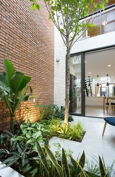Trendy Small Balcony, Patio, Porch & Backyard Decorating Ideas with Tips Modern Tropical House, Tropical Houses, Tropical Architecture, Architecture Design, Atrium, Casa Santa Rita, Minimalist Garden, Minimalist Interior, Minimalist Bedroom