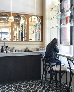 The 20 Best Organic and Fair Trade Coffee Shops in NYC for Meetings - Ecocult Nyc Coffee Shop, Best Coffee Shop, Coffee Set, Coffee Shops, Coffee Pot Cleaning, Coffee To Water Ratio, Best Organic Coffee, Expresso Coffee, Home Coffee Machines