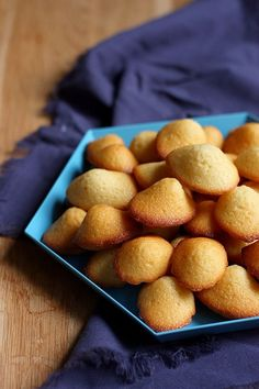 La meilleure recette de madeleines natures que je connaisse, ici en version mini. Des madeleines moelleuses comme il faut !