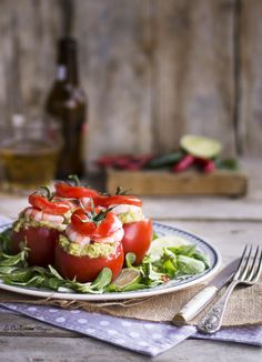 Tomates rellenos de guacamole y gambas