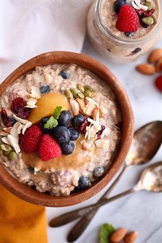 These 10 Healthy Overnight Oats recipes are a must try for easy and quick mornings. Simply make these in a jar the night before and enjoy a fast breakfast the n Overnight Quinoa, Dairy Free Overnight Oats, Overnight Oatmeal, Cinnamon Apple Overnight Oats, Dairy Free Recipes, Real Food Recipes, Gluten Free, Drink Recipes, Healthy Breakfast Recipes