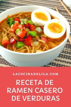 Aprende como hacer esta receta de ramen casero, una sopa oriental de verduras con noodles (fideos de trigo) que sin duda será un de tus recetas asiáticas preferidas. #sopas #lacocinadelila