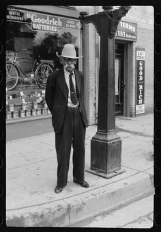 1942 Man standing on corner in downtown Brownsville Texas - by FSA photographer Arthur Rothstein Vintage Photographs, Vintage Photos, Brownsville Texas, Rio Grande Valley, Historical Landmarks, South Texas, Texas History, Mexicans, Man Standing
